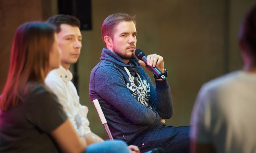 Фёдор Жерновой с микрофоном в руках