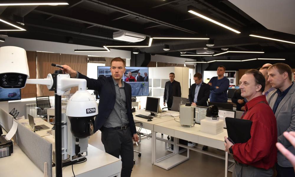 Фёдор Жерновой проводит гостям дорожной конференции экскурсию по офису «Фабрики информационных технологий»