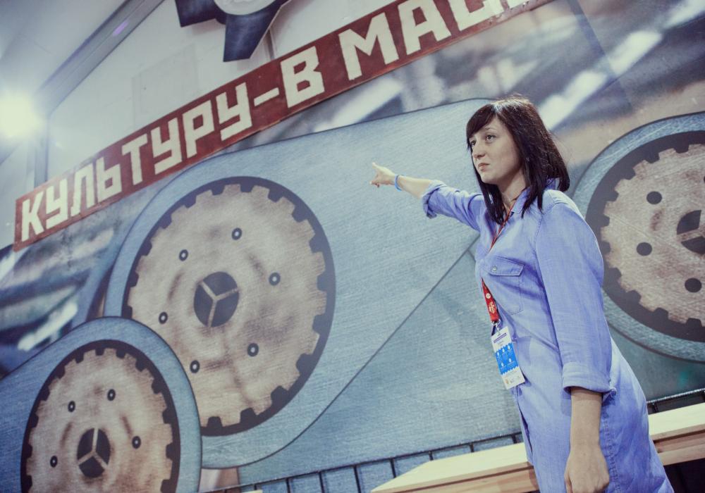 Оксана Кучирка указывает на надпись «Культуру — в массы»
