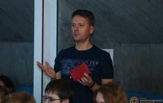 Гость лекции Даниила Подольского задаёт вопрос спикеру