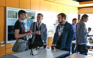 Гости мероприятия беседуют во время кофе-брейка