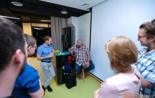 Посетители лекции общаются с Даниилом Подольским после мероприятия