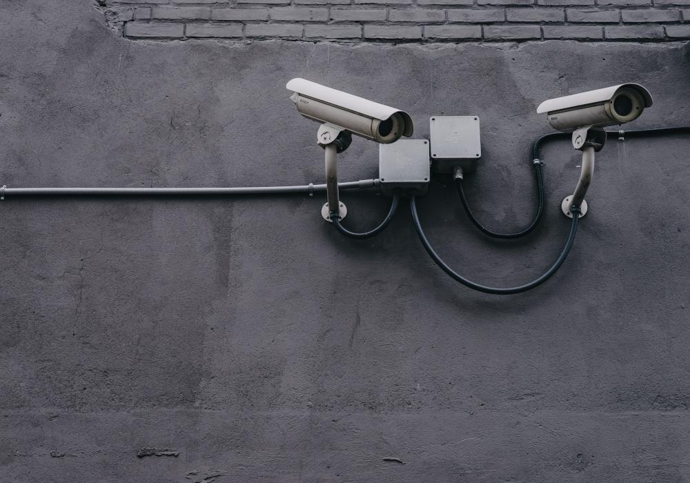 Две видеокамеры на стене здания