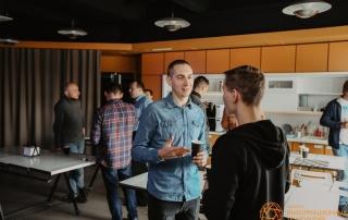 Гости общаются во время кофе-брейка