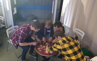 Команда разработчиков собирает пазл