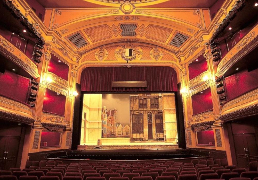 Сцена театра: фото из зрительного зала